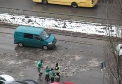 Deszapezire marca ROSAL. Angajatii arunca gheata pe masinile ploiestenilor
