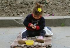 Fetiţă de un an jumate, pusă să cerşească de propria mamă în centrul Ploieştiului