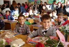 Elevii din clasa I au început şcoala tot FĂRĂ ABECEDARE