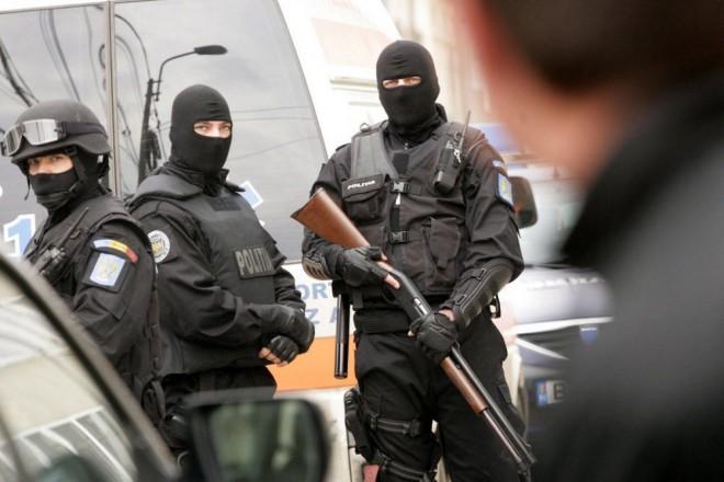 Percheziţii la traficanţi de minori şi proxeneţi din Prahova. Cinci persoane, REŢINUTE