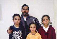 Ajuta-l pe acest parinte! Prahoveanul Ion Manea isi creste SINGUR cele 3 fiice într-un canton CFR, FARA CURENT