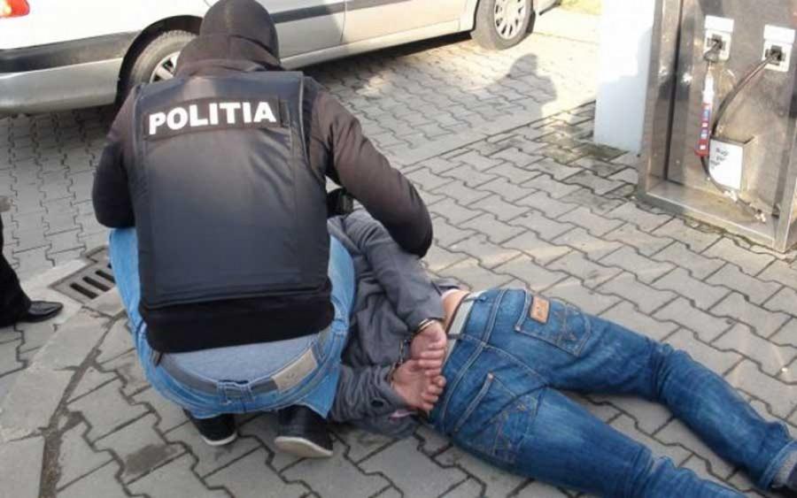 Imagini pentru 18 traficanţi de droguri au fost arestaţi la Ploieşti într-un dosar în