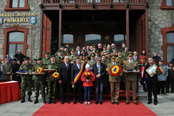 """Militari combatanți în Irak și Afganistan, decorați cu titlul de """"Cetățean de onoare al orașului Bușteni"""""""