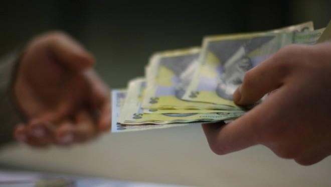 Pensiile şi salariile bugetarilor pe aprilie vor fi plătite în avans cu o săptămână