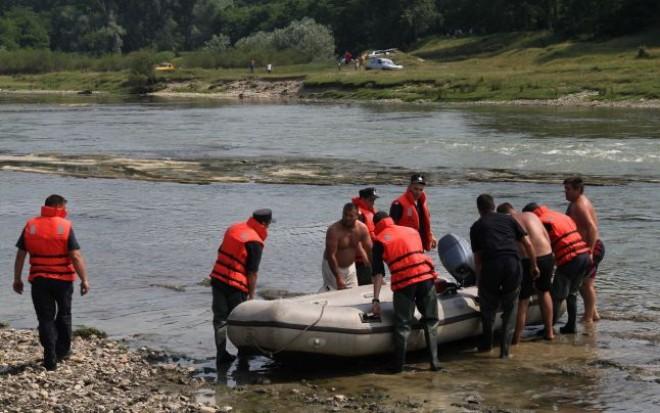 Pompierii cauta o persoana, posibil inecata, in raul Teleajen