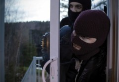 Trei hoţi care furau din locuinţe, prinşi în Câmpina