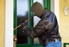 Hoț din locuințe, prins în flagrant în Tinosu. Cum a reacționat