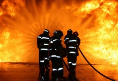Incendiu VIOLENT într-un bloc din Ploieşti. Zeci de oameni, EVACUAȚI
