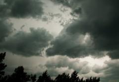ALERTĂ METEO. Ploi şi vijelii, începând de miercuri seară