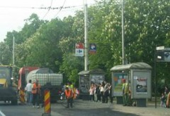 BATAIE DE JOC, marca Primaria Ploiesti! Oameni stropiti cu bitum, pe Bulevardul Castanilor, de o firma abonata la banul public