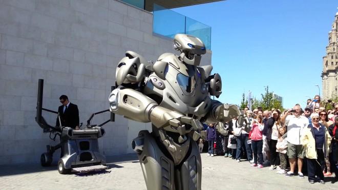 Video - Titan the Robot, la Ploiesti. Cum arată robotul care a împărţit scena cu Rihanna şi Will.i.am - FOTO
