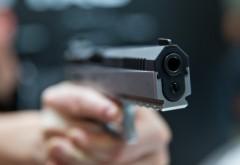 Prahoveanul care a AMENINŢAT cu arma pasagerii dintr-un microbuz, CERCETAT în stare de LIBERTATE