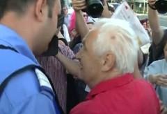 Susţinătorii lui Victor Ponta, agresaţi la un protest din Piaţa Victoriei VIDEO