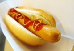 """Dezvăluirea unui fost angajat: de ce îşi """"permite"""" IKEA să vândă hot-dog la 1 leu"""