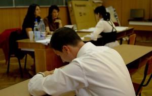 Absolventii de liceu sustin astazi examenul la Matematica sau Istorie. Cum se desfasoara proba si cu ce au voie elevii in sala de examen
