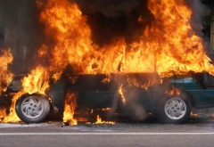 PANICĂ în Ploiești. Un autoturism a luat foc pe o stradă