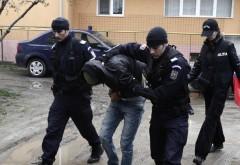 Locuinţă spartă în centrul Ploieștiului. Doi tineri au fost arestați