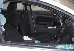 Trei tineri din Ploieşti, ARESTAŢI după ce au spart o maşină