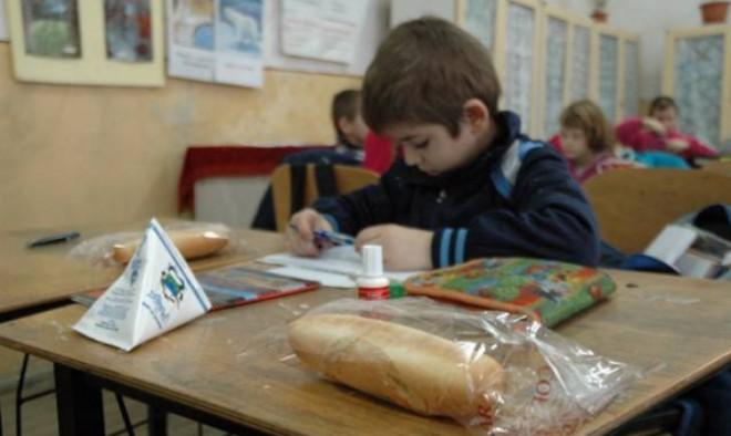 Zeci de mii de elevi din Prahova nu primesc cornuri şi lapte