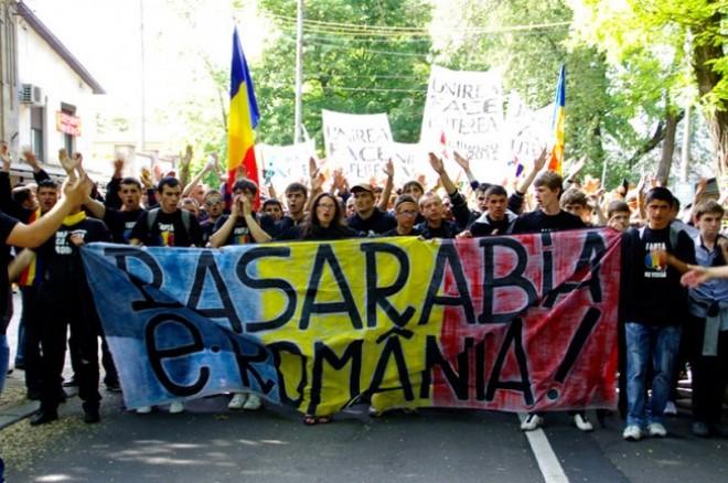 """Grupul unionistilor, aflat la sedinta comuna a guvernelor Romaniei si R. Moldova, scandeaza lozinci pentru Unire si """"Basarabia Pamant Romanesc"""""""