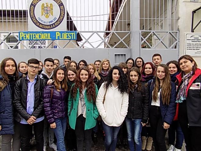 Elevii ploieşteni au trecut pragul Penitenciarului Ploiești GALERIE FOTO
