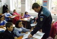 Politistii prahoveni au mers în şcolile din Ploieşti şi Mizil. Ce i-au învăţat pe elevi