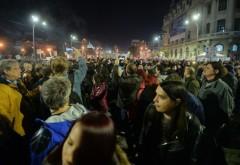 A treia zi de PROTESTE în Bucureşti şi în ţară. Mii de oameni au blocat Piaţa Universităţii