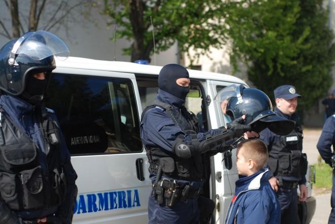 """Jandarmii în vizită la Şcoala Sf. Vineri din Ploieşti, în cadrul programului """"Ora de civilizatie"""""""