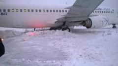 """Aterizare ratată pe Aeroportul Cluj-Napoca. Blue Air acuza: """"Era zapada de un metru pe pista"""""""