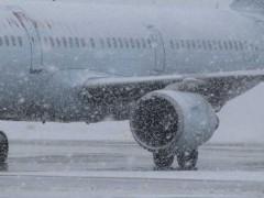 Ninsorile afectează traficul aerian și feroviar