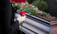 Noua lege a serviciilor funerare: NU mai este permis priveghiul acasă! Ce se mai schimbă