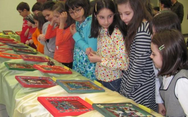 Elevii din Ploieşti învaţă să picteze icoane pe sticlă la Casa de Cultură