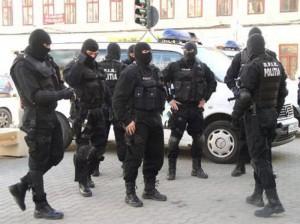 VEZI ce au gasit politistii in urma PERCHEZITIILOR efectuate  la locuințele unor persoane bănuite de trafic și consum de droguri de risc