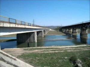 Doi bărbați care pescuiau pe malul râului Teleajen s-au ales cu dosar penal
