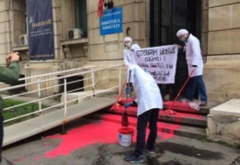 Protest în fața Ministerului Sănătății: Manifestantii au vopsit scările in ROSU / FOTO