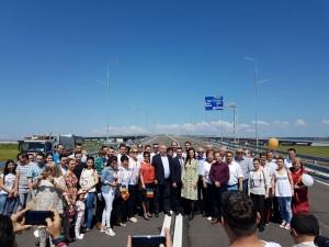 Se circula pe PRIMUL GIRATORIU SUSPENDAT din Romania! Sute de tineri au participat la taierea panglicii