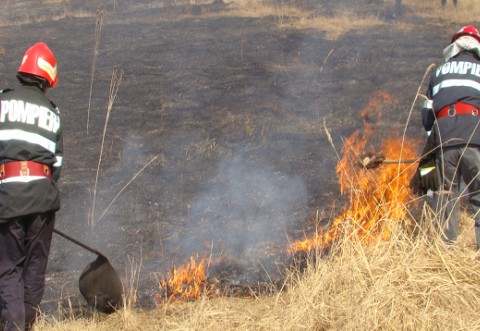 ISU Prahova a intervenit la mai multe INCENDII de vegetaţie