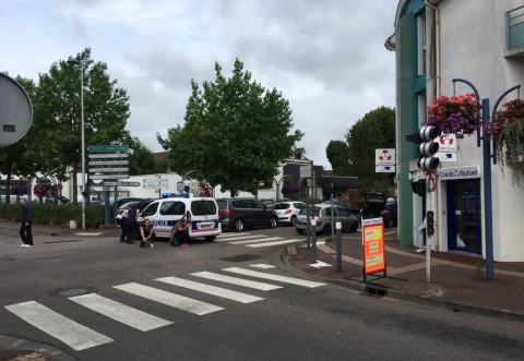 Doi barbati inarmati cu cutite ce au luat cinci ostatici intr-o biserica din Franta. Preotul a fost decapitat