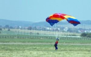 Incident pe Aerodromul Boboc. Un parașutist militar s-a rănit în timpul unui exercițiu