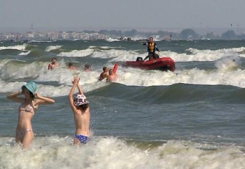 ALERTĂ la mare: Turiștii au INTERZIS să intre în apă