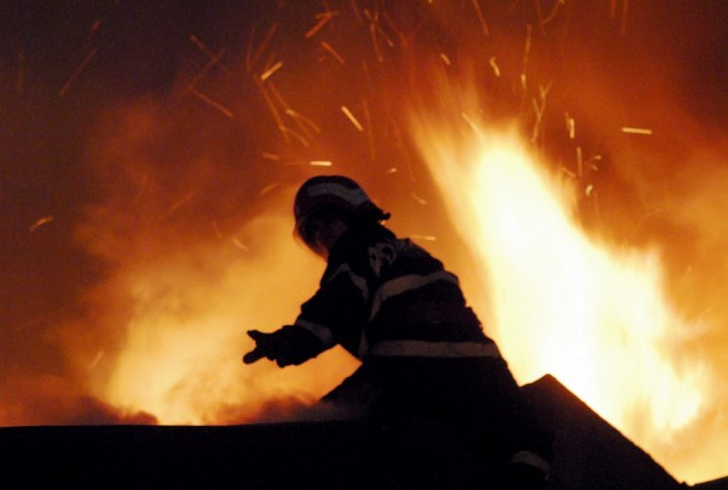 Incendiu de proporţii la Filipeştii de Târg. O casă şi două autoturisme au luat FOC