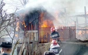 Anexe gospodăreşti, cuprinse de flăcări la Teişani