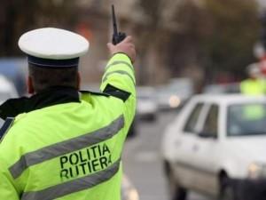 Sute de amenzi pentru infracţiuni rutiere. 17 permise au fost reţinute