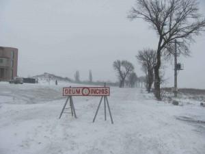 Circulaţie în condiţii de iarnă în tot judeţul. Drumul spre Cota 1400, închis