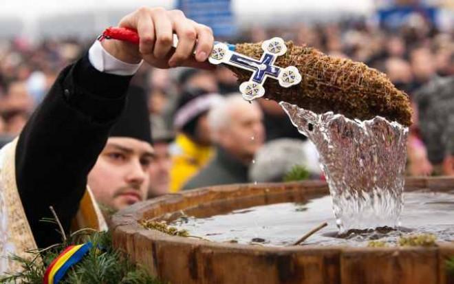 Tradiţii de Bobotează- fetele pun busuioc sub pernă, bărbaţii se întrec înot după cruce, nu se dă nimic cu împrumut