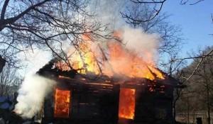 O persoană intoxicată cu monoxid de carbon şi alte două cu atac de panică, în urma unui incendiu