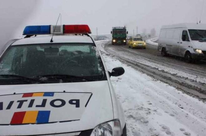 Recomandările Poliţiei Rutiere pentru şoferi, în contextul ninsorii şi viscolului