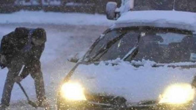 Încă o maşină blocată în zăpadă pe DJ 102H
