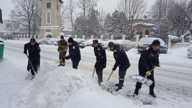 Pompierii deszăpezesc şcolile din Ploieşti