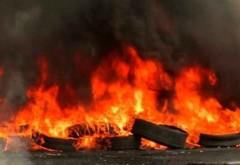 UPDATE Incendiu la o magazie de cauciucuri. Degajare mare de fum